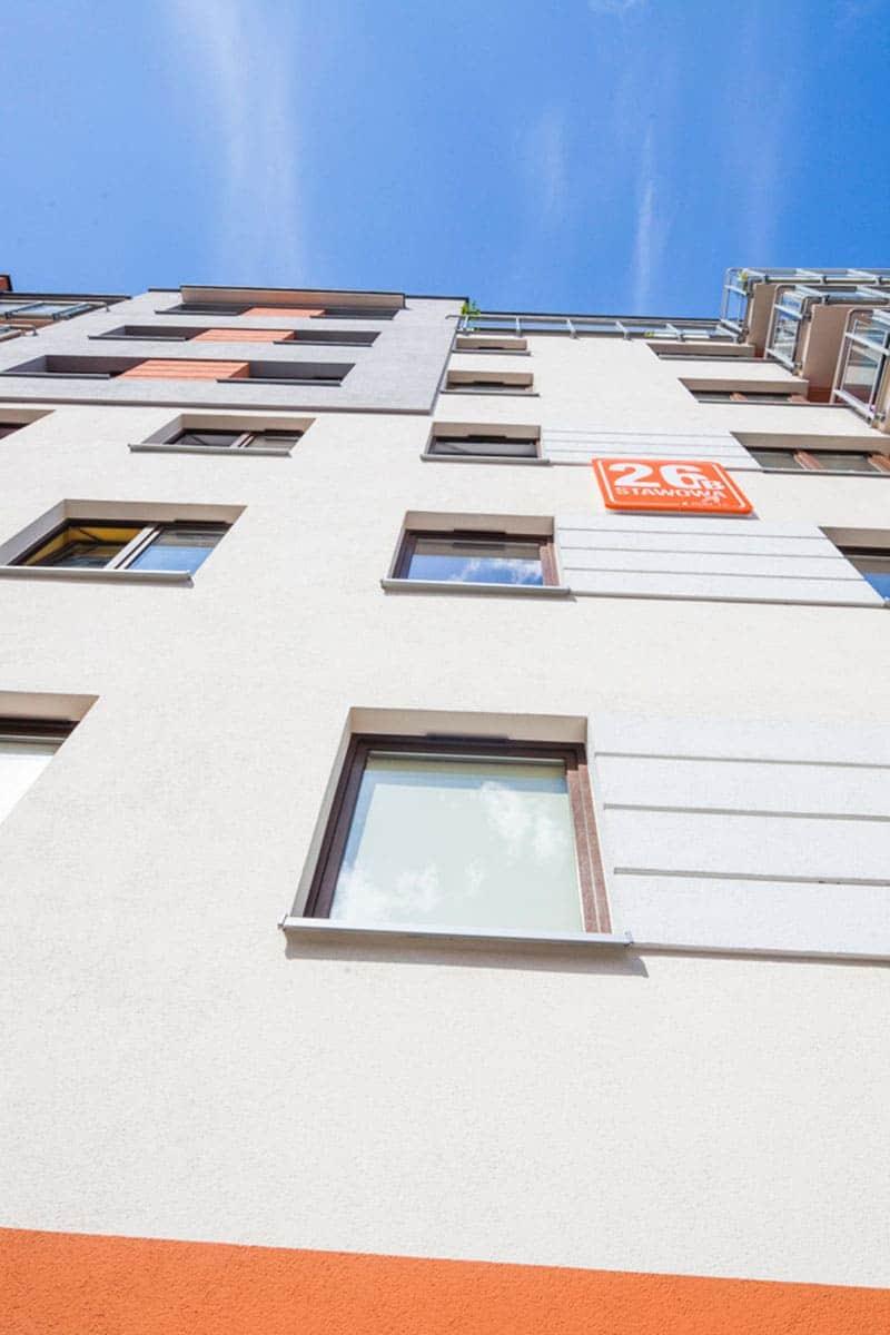 Okna Stolmar w bloku na ulicy Stawowej.