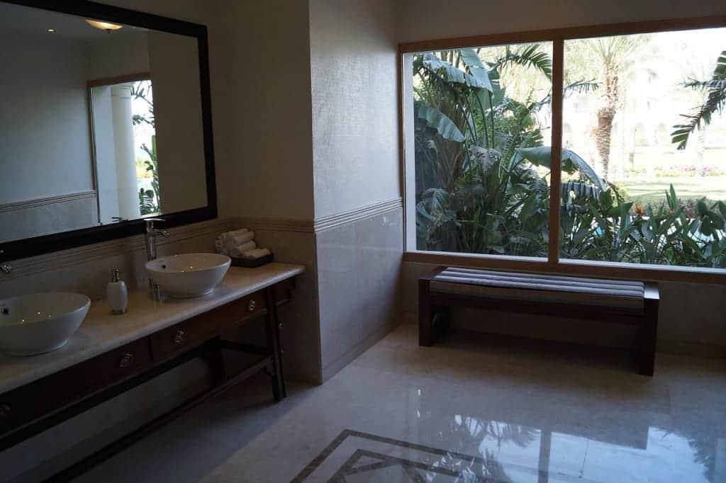 Duże, piękne okno w realizacji łazienki.
